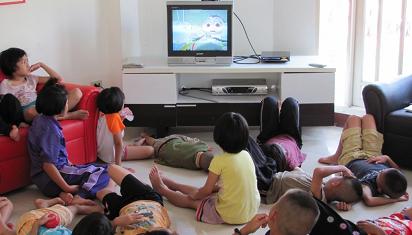 Menonton TV bersama, apa yang hilang? (Dok. Istimewa)